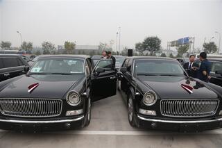 汽车绝大部分是国产车,其中厂家赞助的据称单价达600万的红旗高清图片