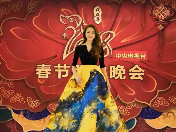 刘雨欣献唱狗年央视春晚 裙摆摇曳十分大气优雅