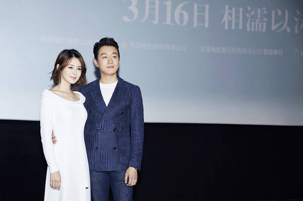 佟大为夫妻亮相《水形物语》首映 关悦白裙秀迷人锁骨