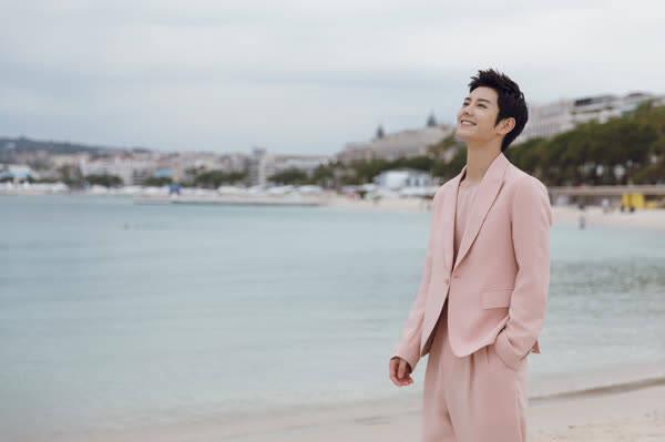 蓝博身穿马卡龙色西装 粉色尽显个人魅力