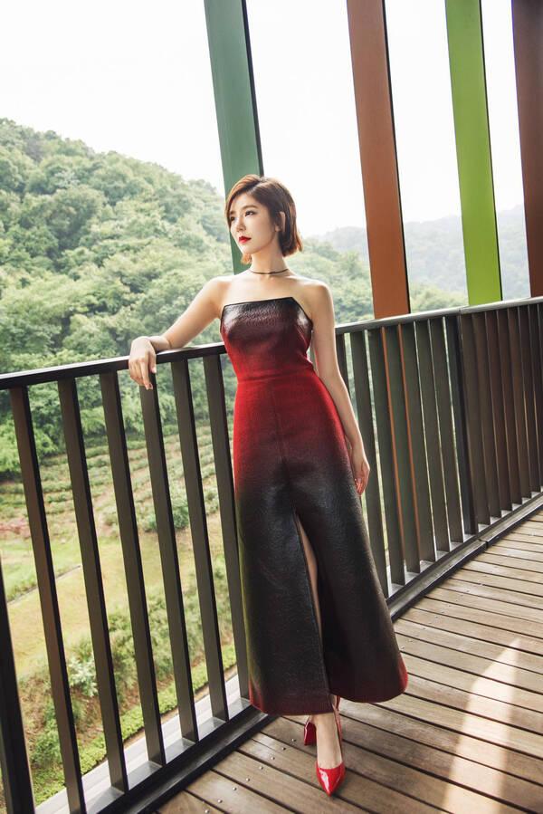 趙奕歡酒紅長裙氣質高貴 手舉紅色高跟美得迷醉時光