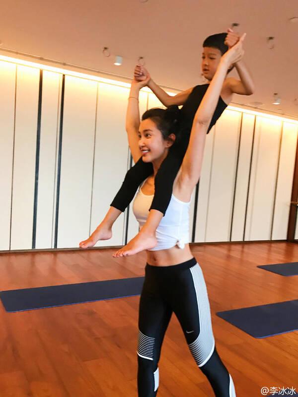李冰冰带外甥练瑜伽 挑战高难度动作(图)