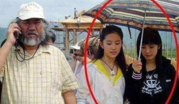 今非昔比!杨幂10年前旧照曝光 曾为刘亦菲撑伞