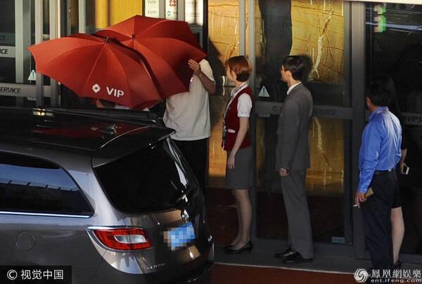 陈赫一家三口罕见同框 打伞防止妻女被偷拍
