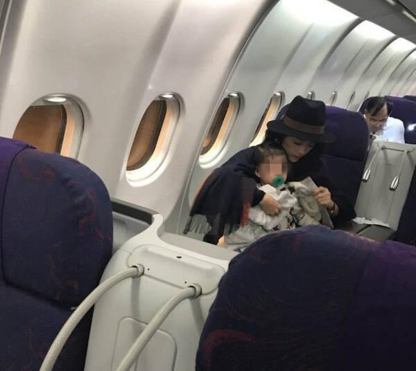 抓拍中特别漂亮!网友飞机上偶遇章子怡母女(图)