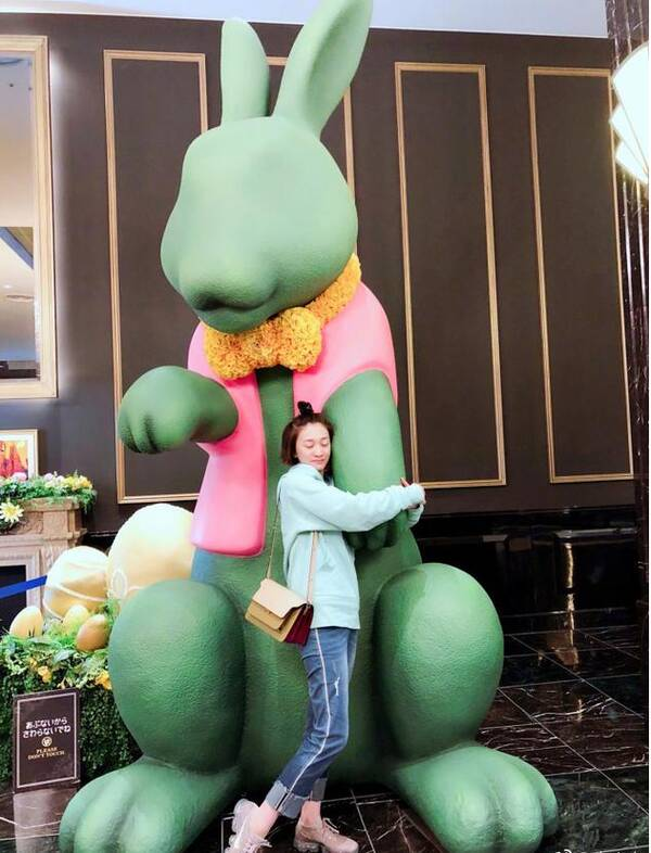 李小冉梳苹果头拥抱兔子雕像 嘟嘴卖萌展青春活力