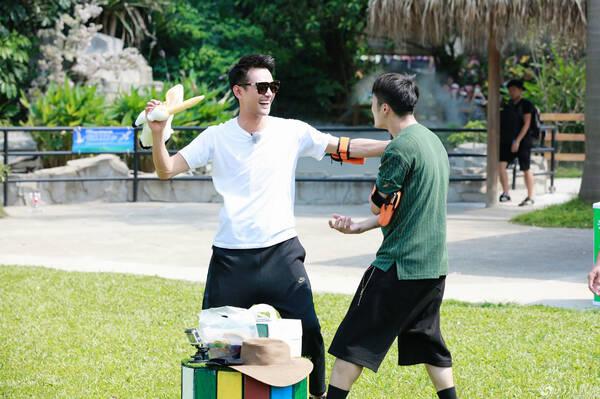 """《战斗吧》动物园玩性大发 王凯""""花式暴打""""王嘉尔"""