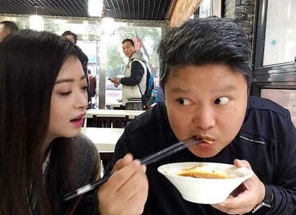 蒋欣素颜吃饭食量惊人,抱着盆的样子太豪放(图)