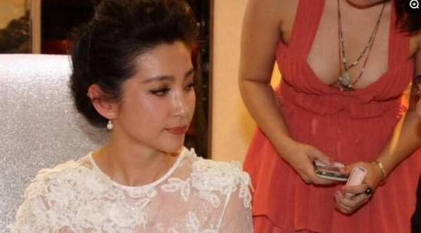 李冰冰一袭白裙又仙又美, 却被女翻译的傲人身材抢镜 娱乐八卦 第5张