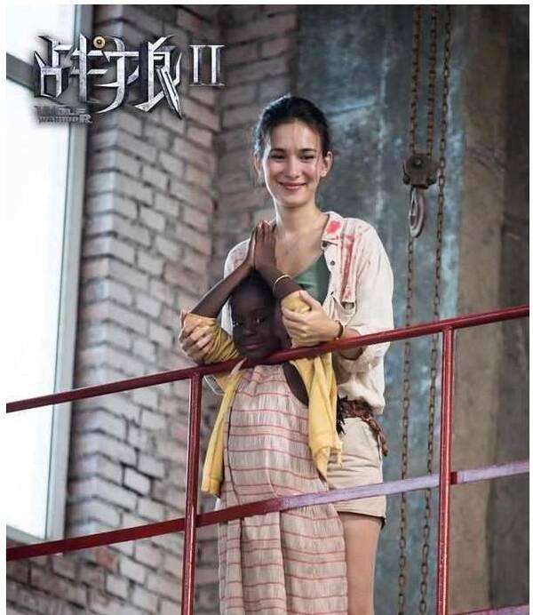 《战狼2》女主穿全透明裙子 吴京不敢看她 (组图)