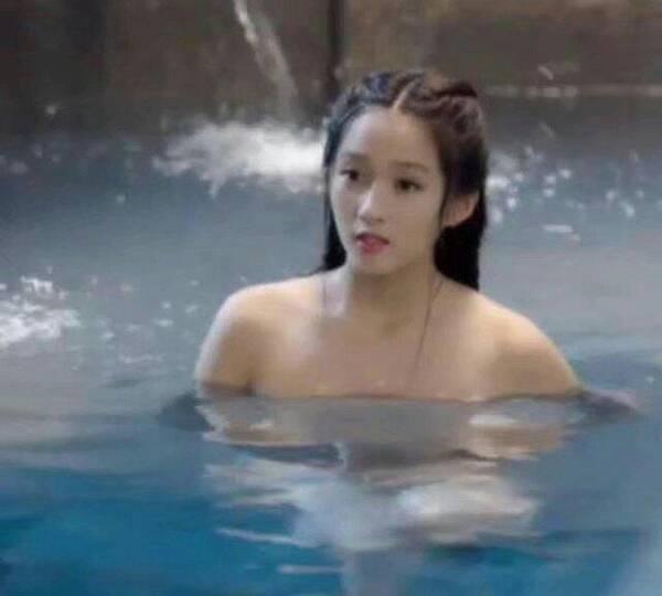 刚满20岁关晓彤就上演美人出浴,却被网友吐槽肩太宽