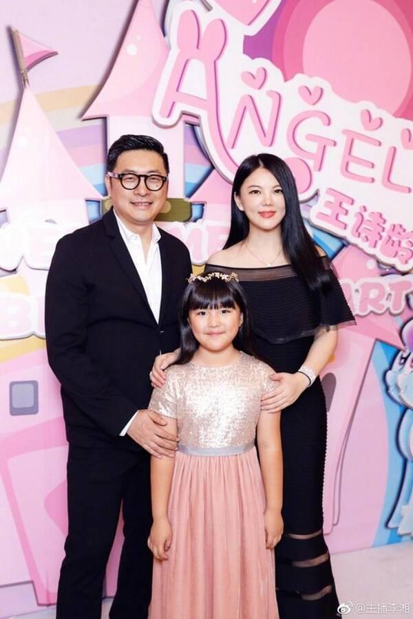 李湘一家三口到香港过节 王诗龄手拿过万元名牌包