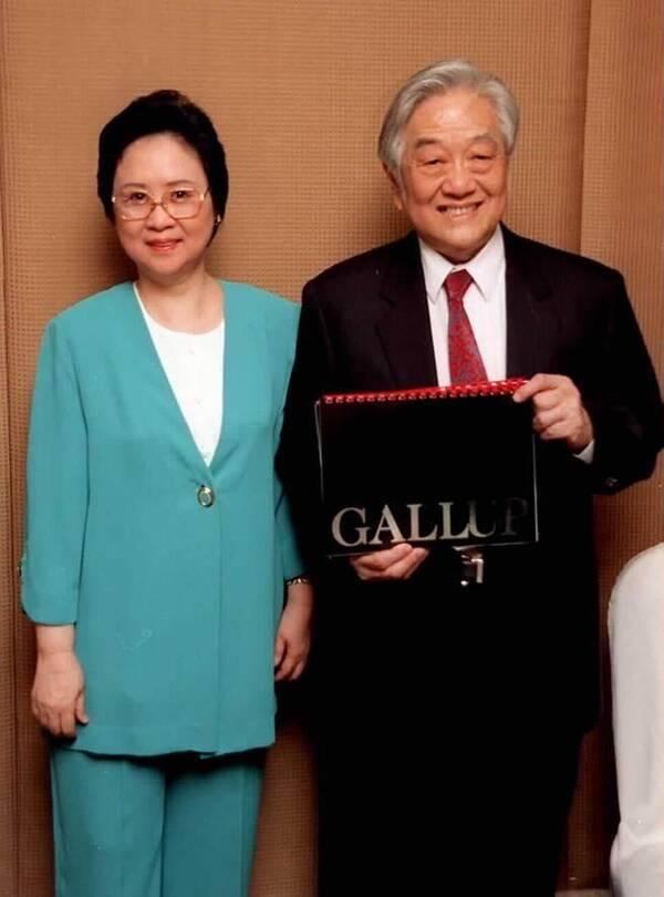 79岁琼瑶带美照给丈夫看:虽然你熟睡 但我会为你醒着