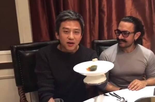 邓超与阿米尔汗同吃半块皮蛋 网友:超哥英语又进步了