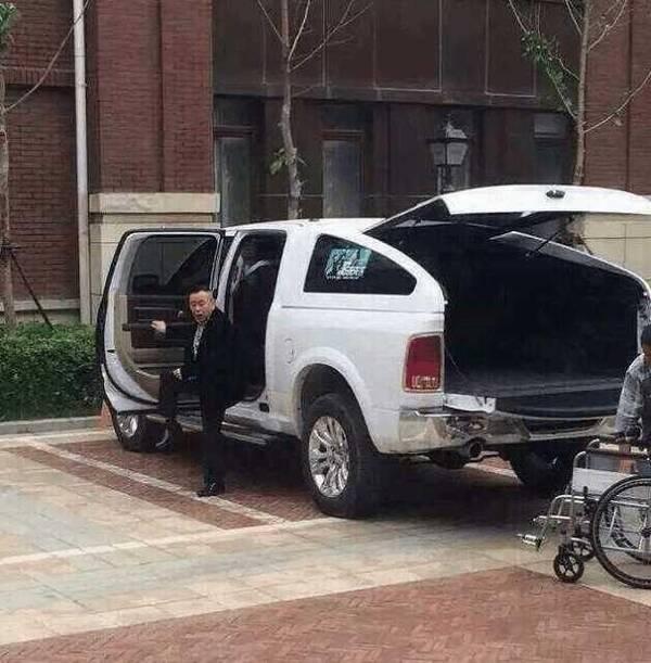 歪阅:尴尬!潘长江开豪车上路 网友却以为是无人驾驶