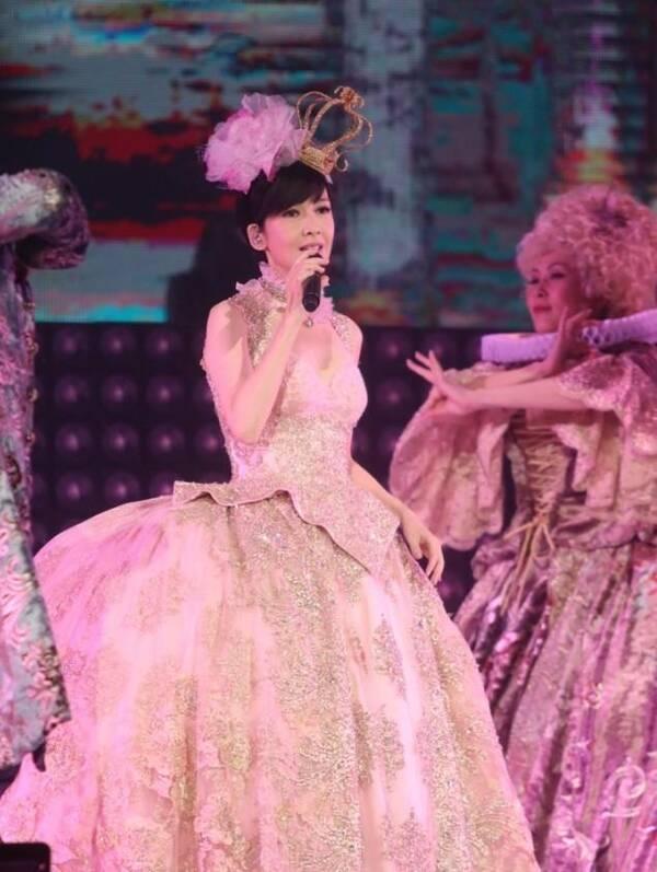 50岁周慧敏演唱会开锣,她一出场仿佛天使在人间