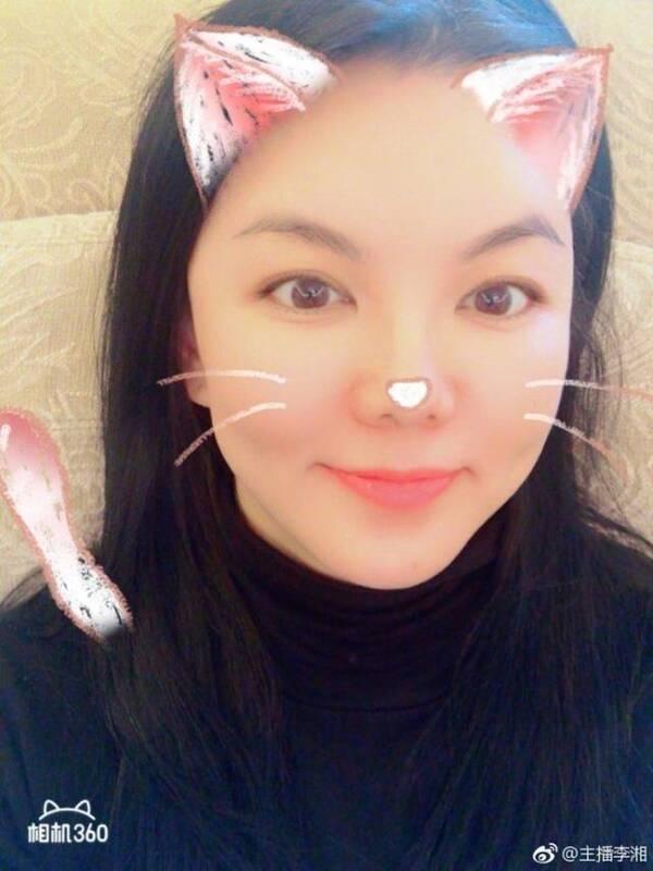 41岁李湘晒自拍扮嫩,嘟嘴卖萌毫无违和感