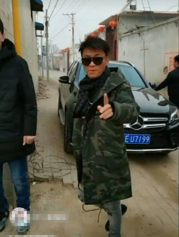 王宝强回农村参加同学会,一个小细节看出他的人品