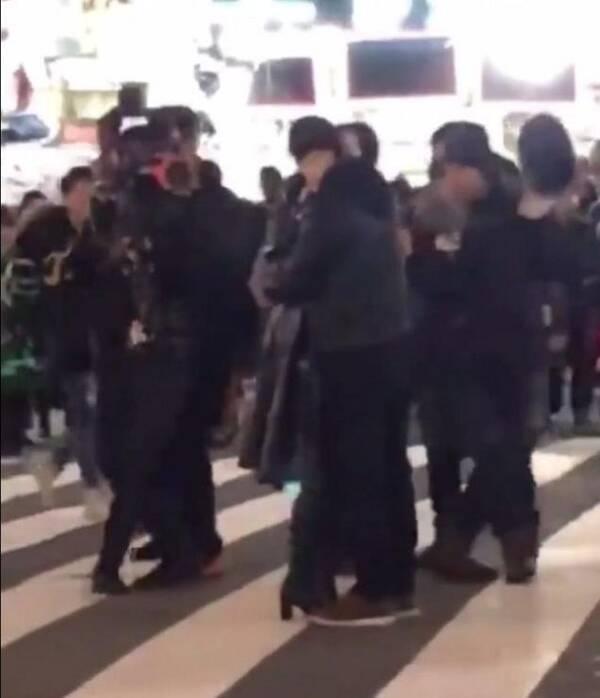 范冰冰黄轩拍戏街头热吻,网友不顾李晨却跟他喊话