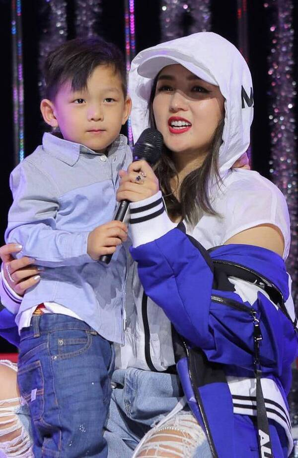 何洁生日会儿子献舞台首秀 母子与鼓手刁磊大方同台