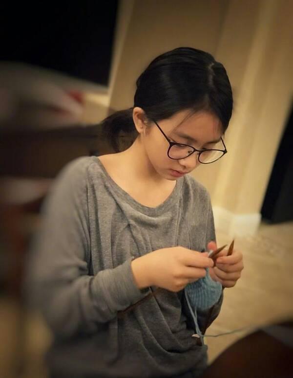 黄磊女儿用毛线织兔子手太巧 无名指戴着戒指惹关注