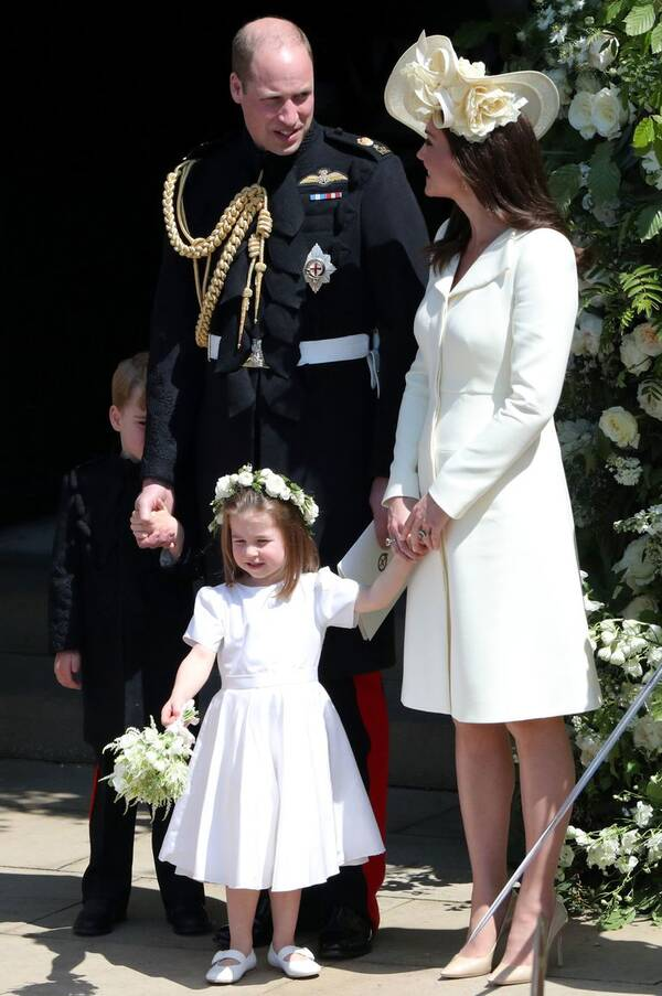 穿旧衣出席婚礼的凯特,手上多了一枚超暖甜的新指环