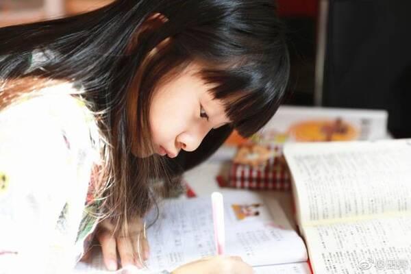 凤凰网娱乐讯 3月21日晚,田亮在网上晒出一张女儿森碟的近照,并配文图片