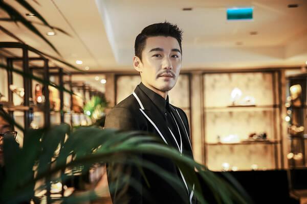 胡兵时装周玩变装戏法 遇王俊凯祝其享受大学生活