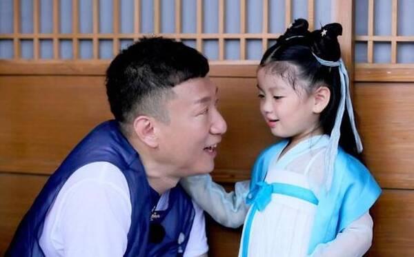 孙红雷与小女孩说话,居然把她吓哭啦