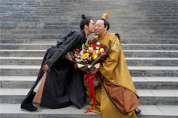 """《凰权·弈天下》倪大红杀青 陈坤为敬业父皇""""献吻"""""""
