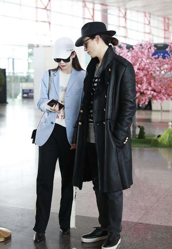 """戚薇与老公甜蜜出行 玩手机遭李承铉""""偷瞄"""""""