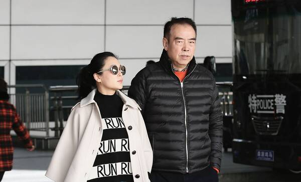 陈凯歌陈红夫妇边走边聊 大步流星无视跟拍