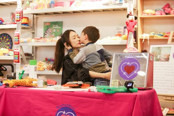 《妈妈是超人3》嗯哼大方义卖玩具献爱心 社交力MAX