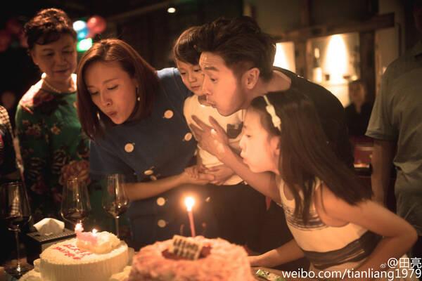 【星娱TV】田亮晒庆生照:姐弟俩抢着吹蜡烛 叶一茜肚子抢镜