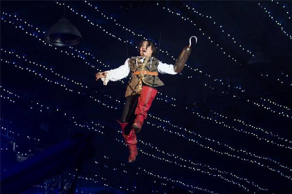 """彼得潘与虎克船长的战役从树洞一直进行到了海盗船上,他们你追我赶,几番较量,最终,虎克船长败下阵来,他飞了出去掉到了大海里。这是一部演绎童话故事的戏剧《彼得潘的冒险岛》的最后一幕。在场的观众——大部分是小朋友和他们的家长,也同演员一起满场移动,随演员的位置而不断更改观赏的位置,甚至与正在表演的演员直接进行交流。饰演虎克船长的演员孔恐在""""掉下海去""""之后,就此下场,回到后台准备卸妆。刚刚换下戏服的他,被舞台监督的敲门声打断了。  《彼得潘的冒险岛》剧照 &ldqu"""