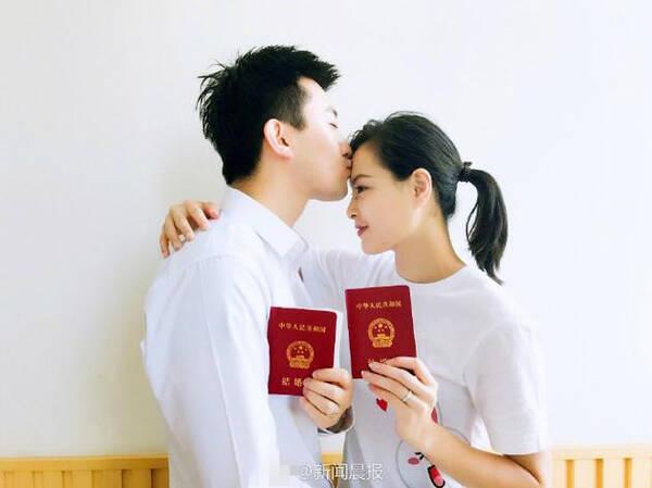 超甜蜜!吴敏霞与老公晒结婚证亲吻额头 10月办婚礼
