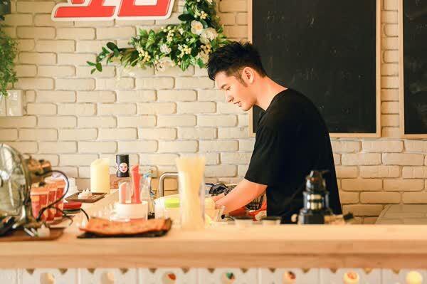 Y阅头条:《中餐厅》黄晓明接任主厨 青春合伙人亮绝招神助攻