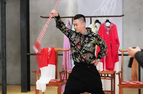 曹云金婚后工作忙 《传承中国》向王珮瑜学京剧