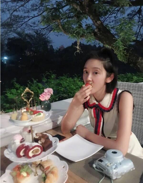 张若昀拍的?元气少女唐艺昕户外进餐甜美十足