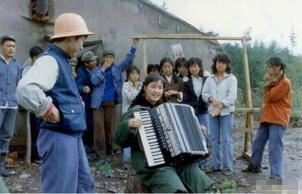 刘晓庆晒33年前演出照 才华横溢满脸胶原蛋白
