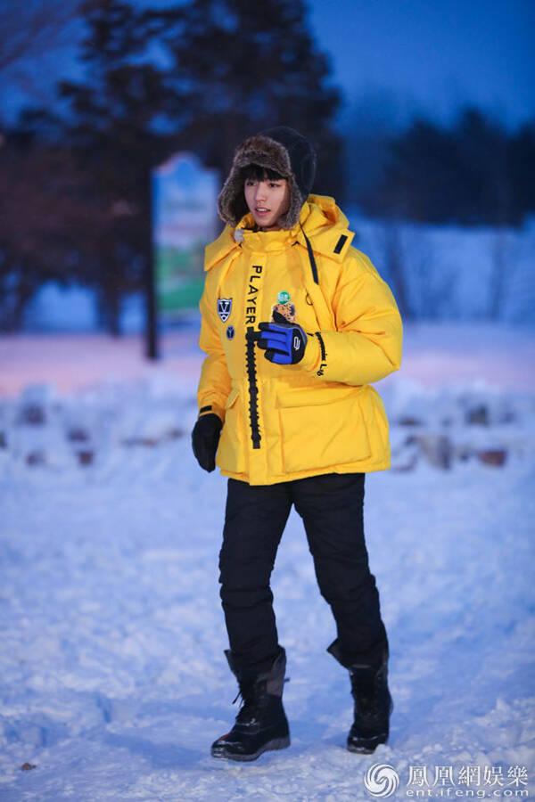 《高能少年团》雪地吃冰棍 王俊凯主动分担被赞暖心