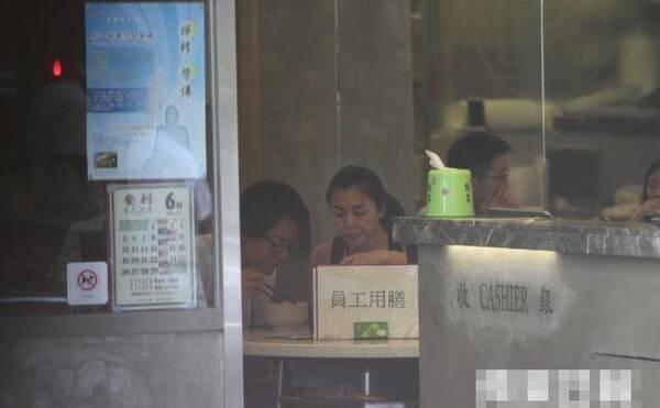 【有意思】郑伊健夫妇甜蜜吃早餐 42岁蒙嘉慧素颜似少女(图)