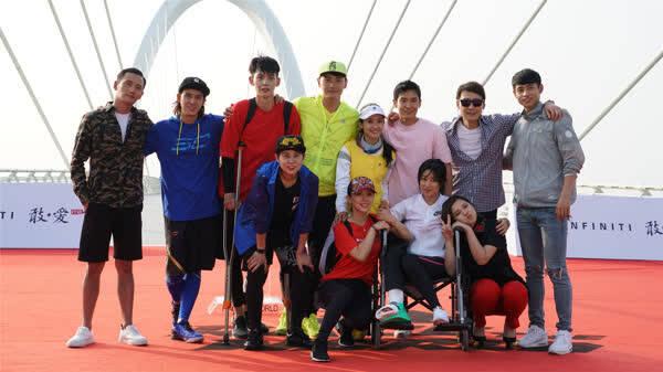 《非凡搭档》总决赛 朱珠坐轮椅现身