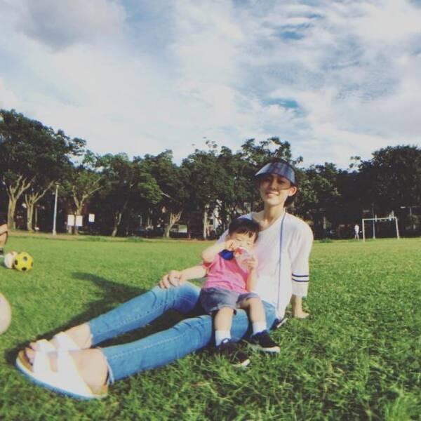【星娱TV】范玮琪抱着孩子草地上玩耍 眼神中满满的温暖