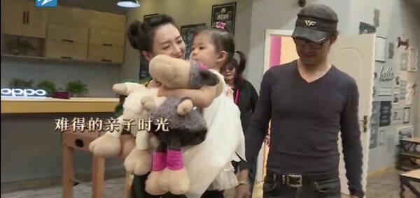 汪峰带醒宝探班媳妇 章子怡被女儿嫌弃哭笑不得