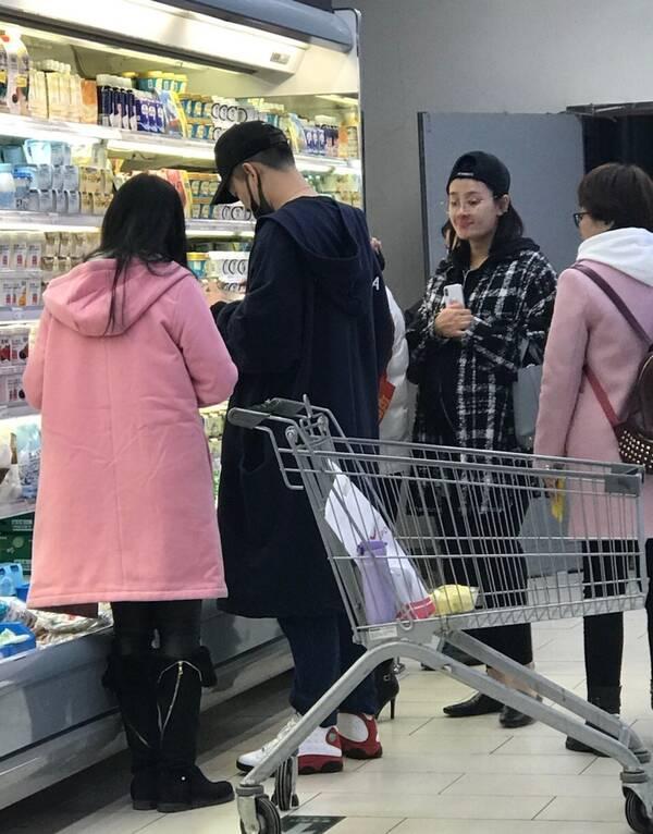 曹云金陪孕妻逛超市超贴心 唐菀素颜衣着宽松显轻松