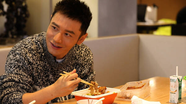 黄晓明自曝吃什么都胖 坦言人生不需要后悔