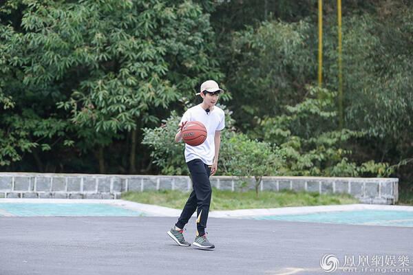 王源投篮球技获赞 期待王源《青春旅社》精彩表现 - 点击图片进入下一页