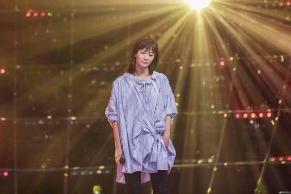 《跨界歌王》徐静蕾演绎民谣金曲 进步飞跃获一致好评