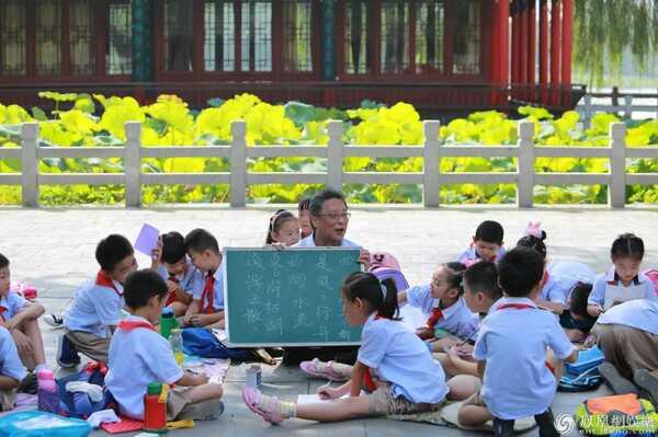 """小学生想做诗人 《同一堂课》""""是否教写古诗""""引热议"""